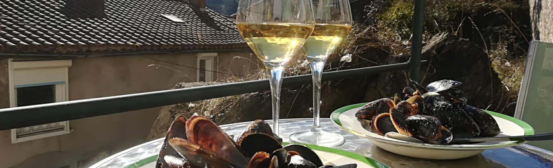 muslinger og hvidvin, i baggrunden bjerge